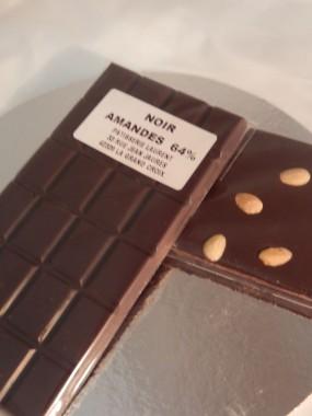 Tablette de chocolat noir 64% aux amandes